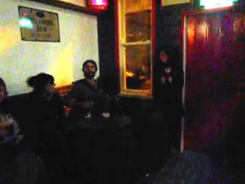 """Pere de les Cabres cantant """"La Masovera"""" al pub The Celt a Dublin"""