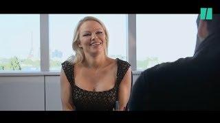 """""""Danse avec les Stars"""": Pamela Anderson accueillie par Camille Combal pour son arrivée sur TF1"""
