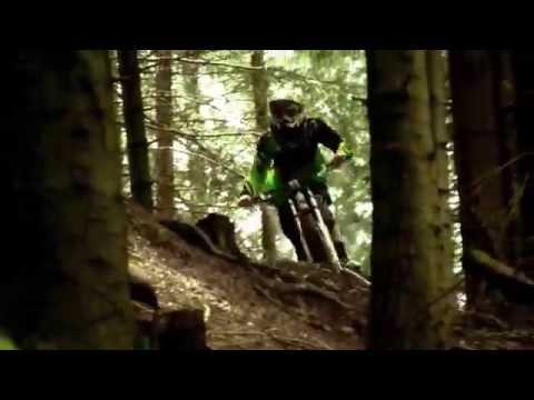 Гонки крутые спуски на велосипедах.Это жесть гонки на BMX.Самые сложные гонки на велосипедах.