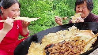 鸡肉这样吃才爽,锅边贴上大饼,土灶一炖,又香又辣,差点连汤汁都喝了【陈说美食】