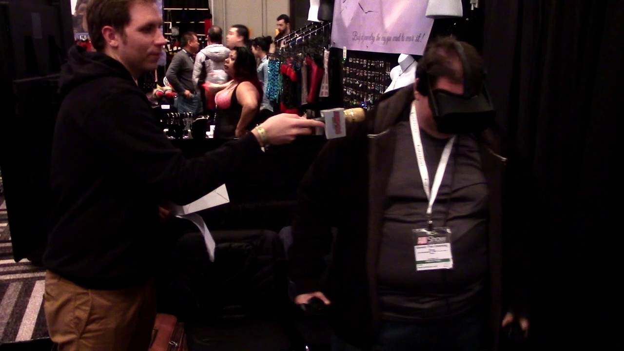 Steven The Cleaning Guy Tries Virtual Reality At Avn Expo -9666