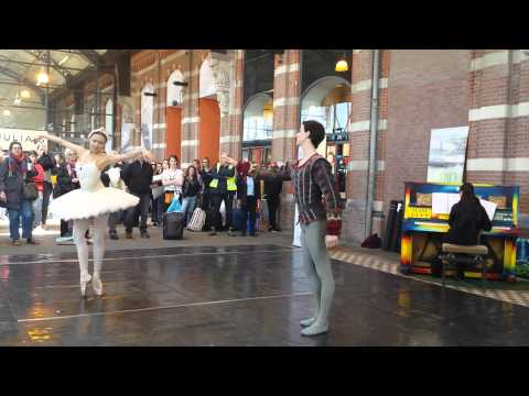 Ballet at public piano @ station Nijmegen (the Netherlands) | Junior Company