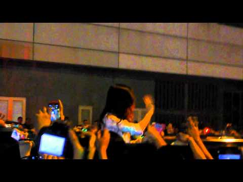 Katy Perry waves to crowd in Manila
