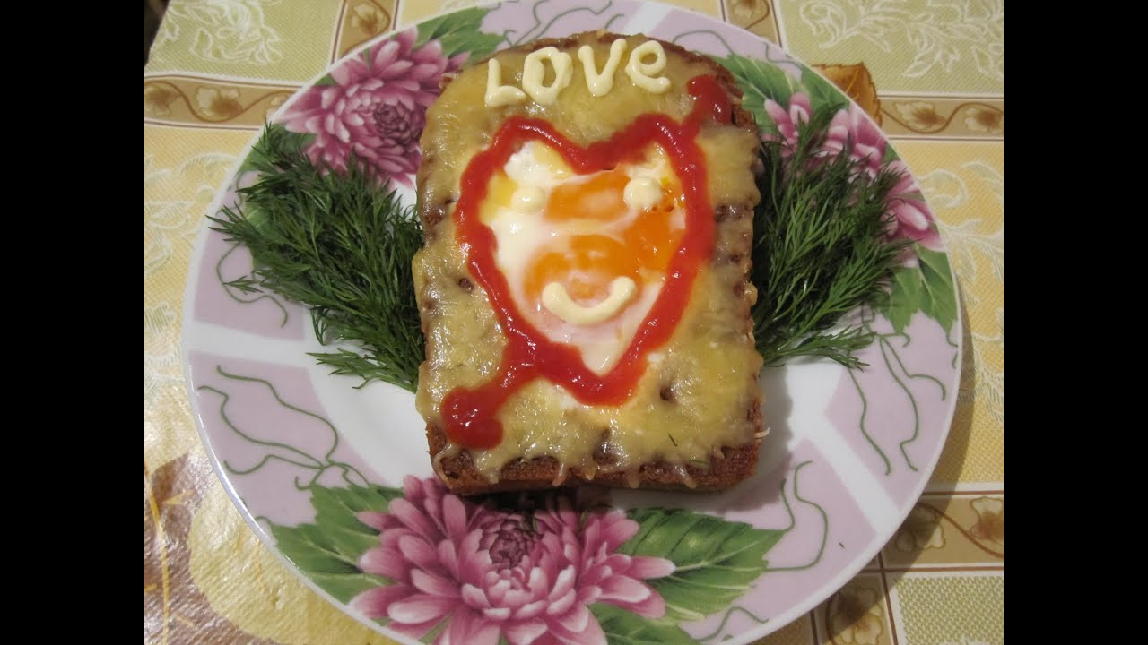 Яичница в хлебе на завтрак. Просто и приятно