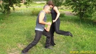 Уроки самообороны: удар коленом
