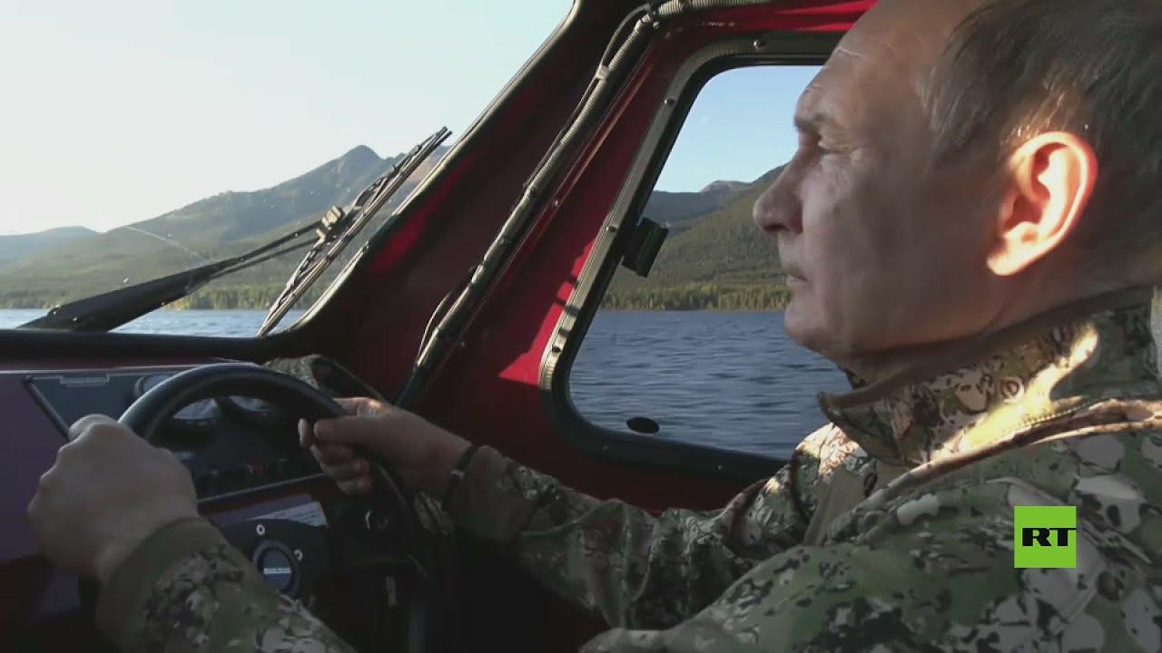 سيبيريا.. بوتين يقود قارب صيد بصحبة وزير الدفاع