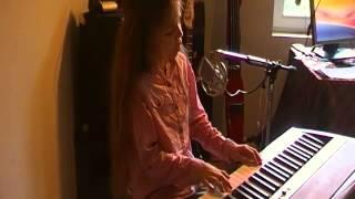 Erza Chante Alleluyah , elle travaille son morceau et se lâche un peu dans le refrain