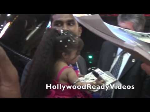 Jyoti Amge Shows Love To Her Fans At The American Horror Story Freakshow Prmeiere