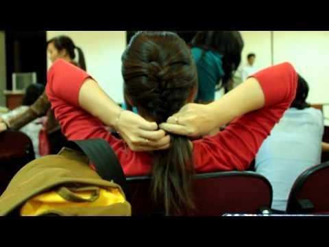 Chị Thùy dạy buộc tóc đuôi sam
