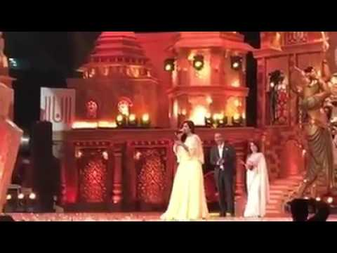 Shreya Ghoshal singing Aatach Baya Ka Baavarla in Zee Gaurav Award 2017