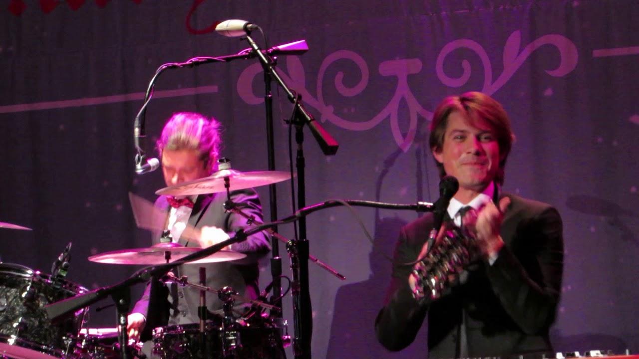 Hanson - Rockin' Around The Christmas Tree - Chicago - YouTube