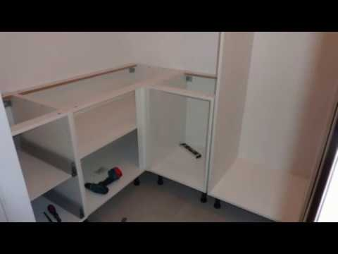 fixation meuble de cuisine youtube. Black Bedroom Furniture Sets. Home Design Ideas