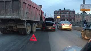 ДТП на Благовещенском мосту - таксист столкнулся с Камазом thumbnail