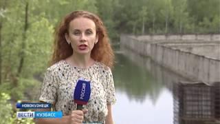 В Новокузнецке дети купаются в грязном бассейне с арматурой