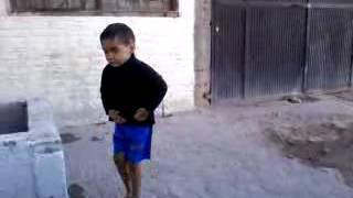yo me voy con cualquiera niño bailando!!