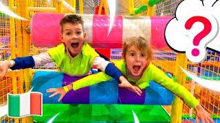 Cinque Bambini e papà giocano nel parco divertimenti