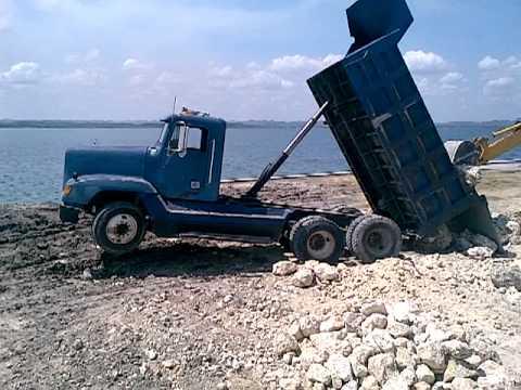 camion de volteo en apuros