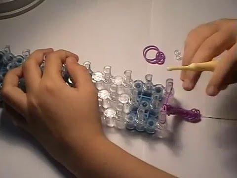 Смотреть онлайн Как плести простой браслет из резинок на станке.Подробная видео-инструкция.