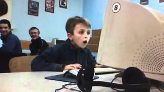 малой в кампьютерном клубе смотрит порно
