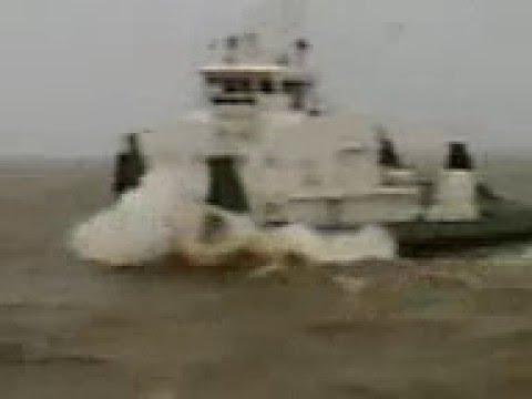 видео: речного теплоход струдом перегнали через море