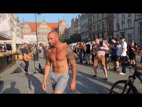 Turyści rozkręcają imprezę na Długim Targu. Pierwsza dyskoteka na starówce Gdańska