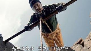 井戸の中の死体を引き上げるベニチオ・デル・トロ/映画『ロープ/戦場の生命線』冒頭映像