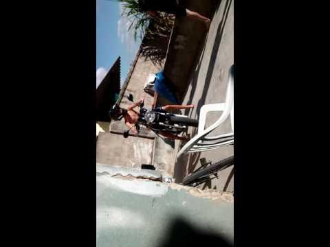 Boi tenta ligar uma moto
