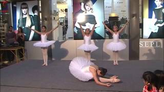 Lisa Haydon Cheers Her Sister Ballet Dance Performance