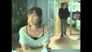 麻生久美子さんのCMです。柴咲コウさんの奇抜な行動、大森南朋さんの何...