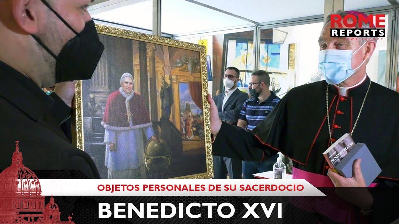 Exponen en Roma objetos personales de Benedicto XVI relacionados con su sacerdocio