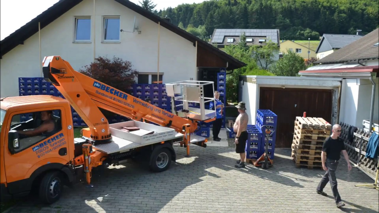 2 Minuten Action mit blauen Bierkisten in Geisingen als HochzeitsgeschenkHochzeitsstreich  YouTube