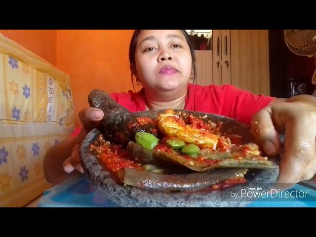 Makan dengan terong penyet,telor ceplok pete plus sambal tomat