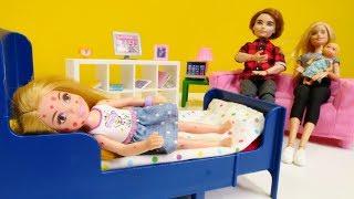 Barbie ailesi. Oyuncak bebek Chelsea su çiçeği olmuş.