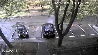 Девка выписывает на машине круги по парковк