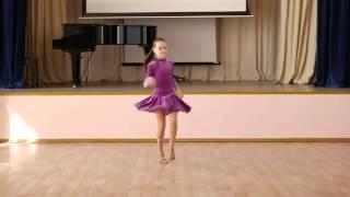 Джайв танцуют дети.  Девочки соло