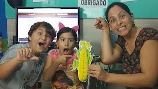 MUITA EMOÇÃO!!! Maria Clara e JP fazendo 1 milhão de inscritos - Jogamos Maria na piscina!!!