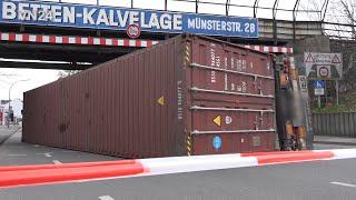 12.04.2019 - VN24 - Container-LKW war zu hoch für Bahnbrücke - Bergungsarbeiten durch Spezialisten