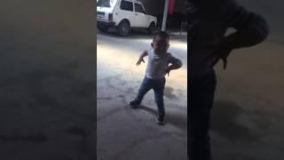 Скачать Ребёнок танцует
