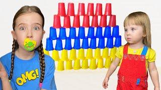 Маша играет и шутит и учится с маленькой сестричкой быть как няня