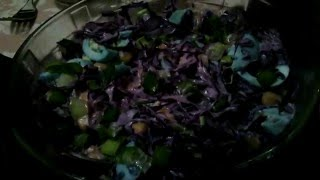 Как выглядит необычный салат из фиолетовой капусты и яиц, кукурузы и лука