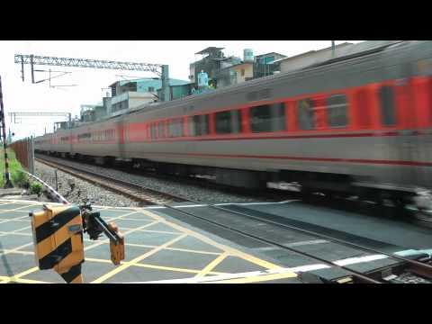 [HD] The Taiwan TRA Tzu-Chiang Train E1000 pass the Qiaonan Road Xinshe Lane level crossing