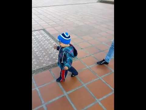 Jesús Andrés caminando