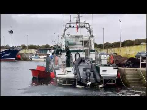La planeadora fue rescatada por la patrullera de la Guardia Civil y remolcada al puerto de Portonovo
