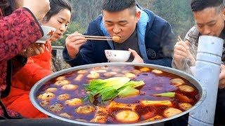"Down the mountain to buy ingredients, the family eat ""spicy hot pot"", really happy"