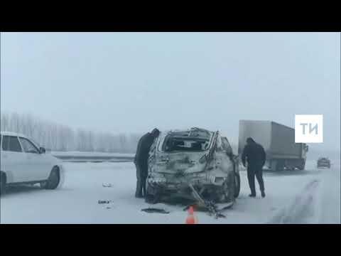 На видео попала страшная авария на трассе М7 в Татарстане с участием двух внедорожников и фуры