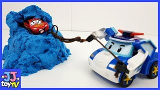 Robocar POLI! Rescue McQueen in the sand.SuperWings dropped the kinetic sand.[JJtoy TV]