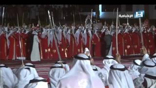 الملك سلمان يشارك في أداء العرضة بجانب ملك البحرين