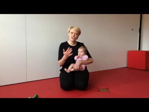 2. Aufnehmen des Säuglings, 3. Lebensmonat, über die Seite | Praxis von Eisenhart