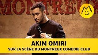 Akim Omiri sur la scène du Montreux Comédie Club