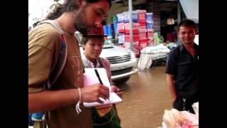 Manu Ripoll drawing a tuk-tuk driver in Pakse (South Laos)